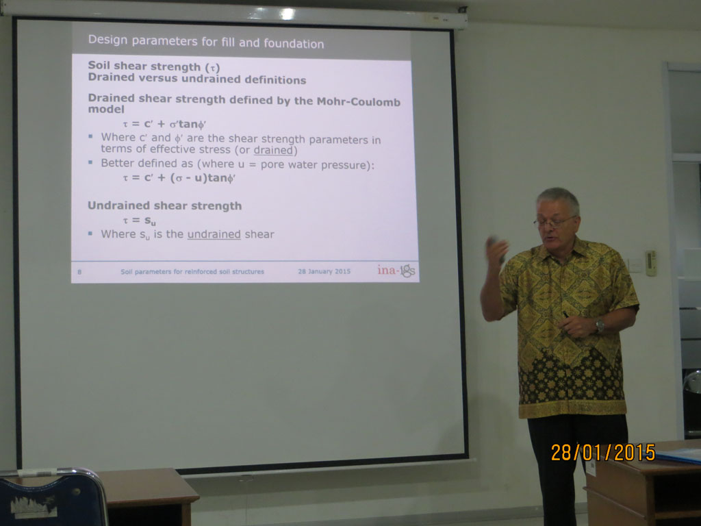 Mr. Mike memberikan Presentasi